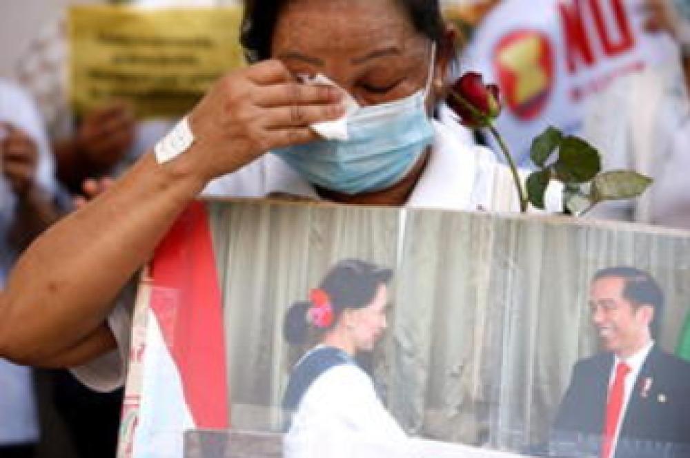 Birmanie : la population se lève, la junte réplique